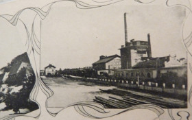 Bačinova továrna, vlevo budova železniční stanice Pohřebačka